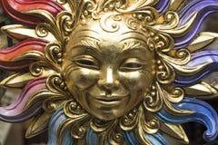 Goldene Sonnenmaske stockfoto