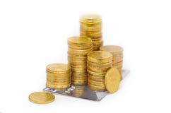 Goldene Spaltenmünzen auf Kreditkarte stockfotos
