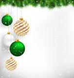 Goldene Spirale und grüne Weihnachtsbälle mit Kiefer verzweigt sich in Sn Lizenzfreies Stockfoto