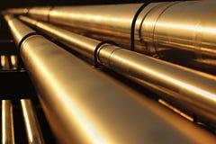 Goldene Stahlrohrlinie conection in der Rohölfabrik Stockbilder