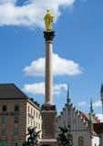 Goldene Statue auf einer Säule Lizenzfreie Stockfotografie