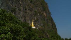 Goldene Statue auf Gesicht des Berges stock video