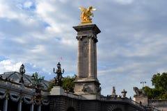 Goldene Statue auf Pont Alexandre III, großartiges Palais-Dach, Ansicht von Siene-Fluss Stockfotos