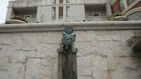 Goldene Statue der Frau auf Batumi-Quadrat, alter Stadtarchitektur, Geschichte und Kunst stock video