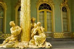 Goldene Statue in der Front das chinesische Haus Lizenzfreies Stockbild
