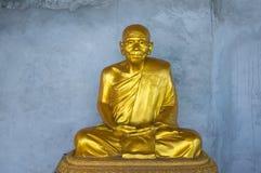 Goldene Statue des buddhistischen Mönchs Lizenzfreie Stockbilder