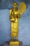 Goldene Statue des buddhistischen Mönchs Stockbilder