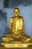 Goldene Statue des buddhistischen Mönchs Stockfotografie