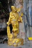 Goldene Statue eines chinesischen Gottes bei Tiger Cave Temple, Wat Tham Seua in Krabi, Thailand stockfotos