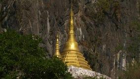 Goldene Statue nahe Berg stock footage