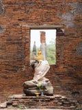 Goldene Statue Sitzpositions-Buddhas, die auf Buddha-Statuen ohne Kopf und Arm sitzt Stockbild