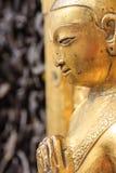 Goldene Statue am Swayambhunath-Standort in Kathmandu, Nepal Stockfoto