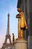 Goldene Statue und Eiffelturm Paris Stockbild