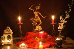 Goldene Statue und Kerzen stockfoto