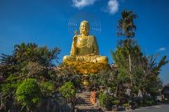 Goldene Statue von Buddha in Vietnam Stockbilder