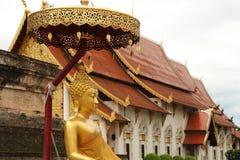 Goldene Statue in Wat Chedi Luang, Chiang Mai Stockbild
