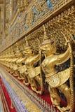 Goldene Skulpturen von garuda stockfotos