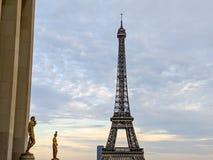Goldene Statuen im Eiffelturm in Paris Frankreich stockfotografie