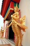 Goldene Statuen von einem Kinnari Stockfotos