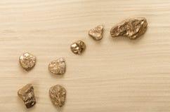 Goldene Steine in der Form der Konstellation Stockbilder