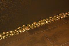 Goldene Steine und goldene Fliesen Stockfoto