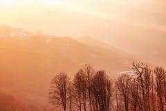 Goldene Strahlen der Sonne bei Sonnenuntergang in den Bergen Stockbilder