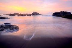 Goldene Strahlen des aufgehende Sonne glänzend über dem Meer (Retro- Toneffekt) stockbild