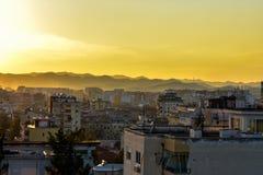 Goldene Stunde über der Stadt von Tirana stockfotos