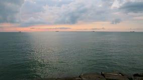 Goldene Stunde an der Küste, Frachtschiffe bei Sonnenuntergang, Handelstransport stock footage