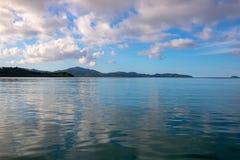 Goldene Stunde des Sonnenuntergangs auf tropischer Küste Reflexionen des bewölkten Himmels in geplätschertem Meerwasser Tropenins lizenzfreie stockbilder