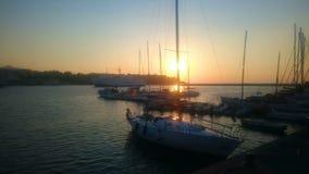 Goldene Stunde, schöne Ansicht von den weißen Yachten, die auf Fluss, Entspannung schwimmen stock footage