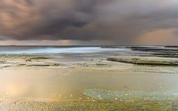 Goldene Stunden-schwermütiger Sonnenaufgang-Meerblick stockfotos