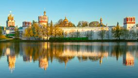 Goldene Stundenreflexion an einem Kloster stockfotografie