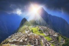Goldene Sun-Strahlen von Machu Picchu stockbild