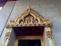 Goldene Türdekoration des thailändischen Tempels von, Bangkok Stockfotos