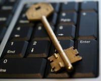 Goldene Taste auf laptop4 Lizenzfreie Stockfotos