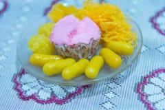 Goldene Threads und Bohnenpaste mit Eigelb frisieren die Bälle, die im thailändischen Konfekt der Sirupvielzahl gekocht werden Stockfoto