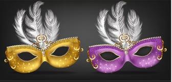 Goldene und purpurrote Maske mit Federn Vektor realistisch Stilvolle Maskerade-Partei Mardi Gras-Karteneinladung Eine Designschab lizenzfreie abbildung