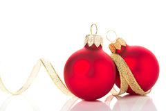 Goldene und rote Weihnachtsverzierungen auf weißem Hintergrund mit Raum für Text Stockbild