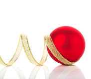 Goldene und rote Weihnachtsverzierungen auf weißem Hintergrund mit Raum für Text Lizenzfreies Stockbild