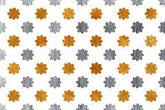 Goldene und silberne Blumen auf weißem Hintergrund Lizenzfreie Stockbilder