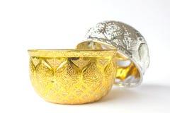 Goldene und silberne Schüssel lokalisiert auf weißem Hintergrund Stockbild