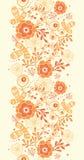 Goldene vertikale mit Blumengrenznahtloses Muster Stockfotografie