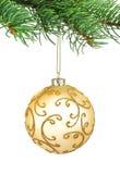 Goldene Verzierungweihnachtskugel in einem Tannenbaum Stockbilder