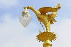 Goldene Vogelstatue auf die Oberseite des Pols Lizenzfreie Stockfotografie