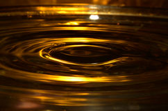 Goldene Wasser-Oberfläche, Wasser-Spritzen Lizenzfreies Stockbild