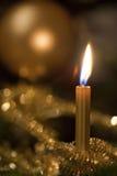 Goldene Weihnachtsdekoration lizenzfreie stockbilder