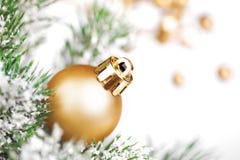 Goldene Weihnachtsdekoration auf Baum Stockfotografie