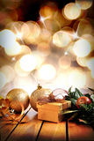 Goldene Weihnachtsdekoration auf hölzernem mit den Bällen und Geschenk vertic Stockfotos