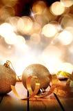 Goldene Weihnachtsdekoration auf Holztisch mit Band und Ball Stockbild